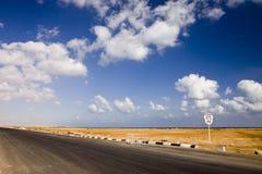 Die Straße in der Wüste Lizenzfreie Stockbilder