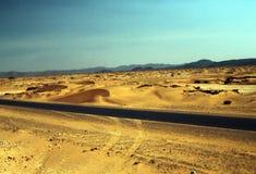 Die Straße in der Wüste Stockbilder