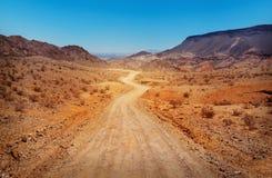 Die Straße in der Wüste Stockfotografie