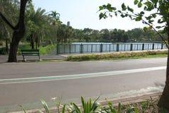 Die Straße des laufenden und Radfahrenfahrrades lizenzfreies stockfoto