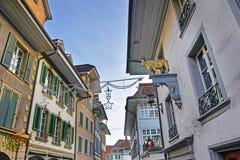 Die Straße, die mit Weihnachten verziert wird, spielt in alter Stadt Thun die Hauptrolle Lizenzfreies Stockfoto
