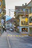 Die Straße, die mit Weihnachten verziert wird, spielt in der alten Stadt von Thun die Hauptrolle Stockbild