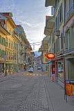 Die Straße, die mit Weihnachten verziert wird, spielt in der alten Stadt von Thun die Hauptrolle Lizenzfreie Stockbilder