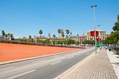Die Straße, die von PortVell zu Barceloneta führt. stockfoto