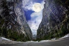Die Straße, die zu das Tal führt zu See ritsa im Licht führt lizenzfreies stockfoto
