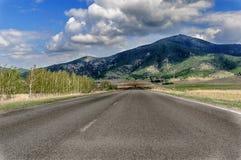 Die Straße, die zu das Urlaubsgebiet von Borovoye in Kasachstan führt stockbild