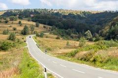 Die Straße entlang dem Ufer von See Vlasina in Serbien lizenzfreies stockfoto