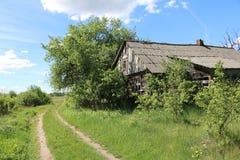 Die Straße entlang dem verlassenen Haus Stockfoto