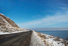 Die Straße entlang See Sevan lizenzfreie stockfotos