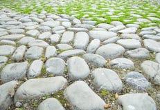 Die Straße gepflastert mit Steinen am Fuß von Sulaiman-Too Lizenzfreies Stockbild