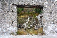 Die Straße ist durch die Ruinen sichtbar Lizenzfreie Stockfotos