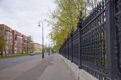 Die Straße mit Häusern in der Stadt von Kronstadt von Russland Lizenzfreies Stockbild