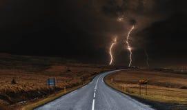 Die Straße mit starkem Gewitter landschaftlich gestaltet Stockbild