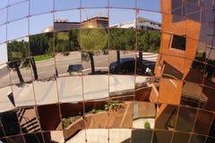 Die Straße reflektierte sich in vielen Spiegeln lizenzfreie stockfotografie