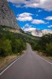 Die Straße und der Berg Stockfotografie