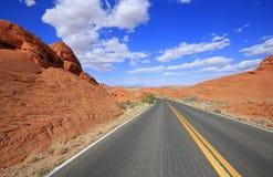 Die Straße und die roten Felsen lizenzfreie stockfotografie