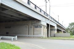 Die Straße unter der Brücke in der Stadt, Tunnel Lizenzfreie Stockbilder