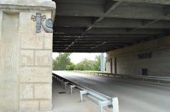 Die Straße unter der Brücke in der Stadt, Tunnel Lizenzfreies Stockfoto
