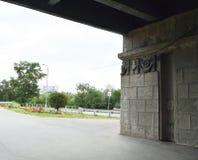 Die Straße unter der Brücke in der Stadt, Tunnel Stockbild