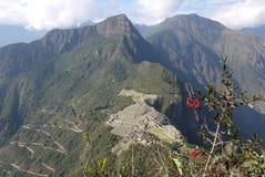 Die Straße verläuft herauf den Berg zu Machu Picchu im Zickzack stockfotografie