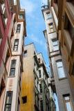 Die Straße von Istanbul unter dem blauen Himmel lizenzfreie stockfotografie