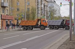Die Straße wird durch LKWs blockiert lizenzfreie stockfotografie