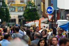 Die Straße wird mit Leuten gefüllt Stockfotografie