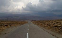 Die Straße zu den Bergen Lizenzfreies Stockfoto