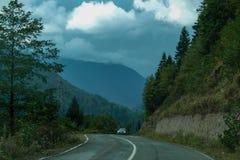 Die Straße zu den Bergen lizenzfreie stockfotos