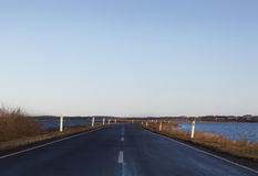 Die Straße zu Helnæs, Dänemark Stockbild