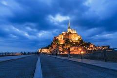 Die Straße zu Le Mont Saint-Michel in der blauen Stunde lizenzfreies stockfoto