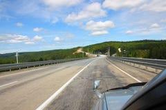 Die Straße zum Mountain View vom Auto Lizenzfreie Stockfotografie