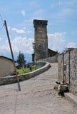 Die Straße zum Steinturm Stockfoto