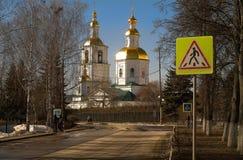 Die Straße zum Tempel Ansicht der Kasan-Kathedrale des Klosters Diveevo, Russland von der Straßenseite Lizenzfreies Stockbild