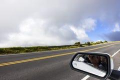 Die Straße zur Spitze des Haleakala und des Seitenspiegels des Autos, MAUI, HAWAII stockfoto