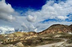 Die Straße zwischen den Hügeln, Cappadocia, die Türkei Lizenzfreies Stockfoto