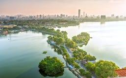 Die Straßenüberquerung die Insel Westlake, Hanoi, Vietnam Lizenzfreies Stockbild