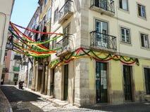 Die Straßen des historischen Nachbarschaft ` Bairro-Alt ` verziert für die populären Heiligparteien in Lissabon stockfotografie