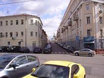 Die Straßen von altem Moskau Flachbauweisen, ein Bereich der unregelmäßigen Form, Häuser mit scharfen Winkeln stockbild
