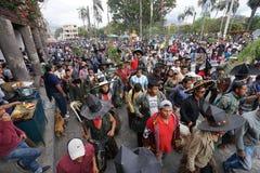 Die Straßen von Cotacachi an Inti Raymi-Feier ist gefüllter Esprit Lizenzfreie Stockfotografie