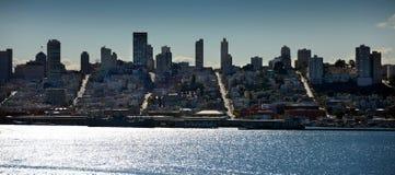 Die Straßen von San Francisco, schimmernde Bucht, Skyline Lizenzfreie Stockfotos