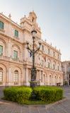 Die Straßenbeleuchtung im Hintergrundgebäude der Universität in Catania Lizenzfreies Stockbild