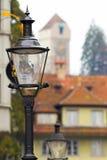 Die Straßenlaternen vor dem hintergrund eines alten Turms, LUC lizenzfreie stockbilder