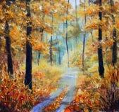Die Straße wird mit gelben Blättern punktiert Bäume im Herbst auf einem Hintergrund des blauen Himmels mit Wolken Stockfotografie