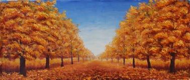 Die Straße wird mit gelben Blättern punktiert Bäume im Herbst auf einem Hintergrund des blauen Himmels mit Wolken Stockfoto