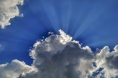 Die Strahlen der Sonne lizenzfreie stockfotografie