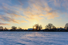 Die Strahlen der Sonne auf dem schneebedeckten Gebiet des Winters, schöne Landschaft Stockfotos