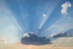 Die Strahlen der Sonne auf einem blauen Himmel Lizenzfreies Stockfoto