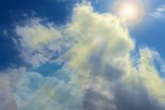 Die Strahlen der Sonne auf Himmel Lizenzfreie Stockfotografie