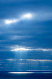 Die Strahlen der Sonne belichten die Meeresoberfläche und bilden einen hellen Fleck auf dem Wasser Lizenzfreie Stockfotos